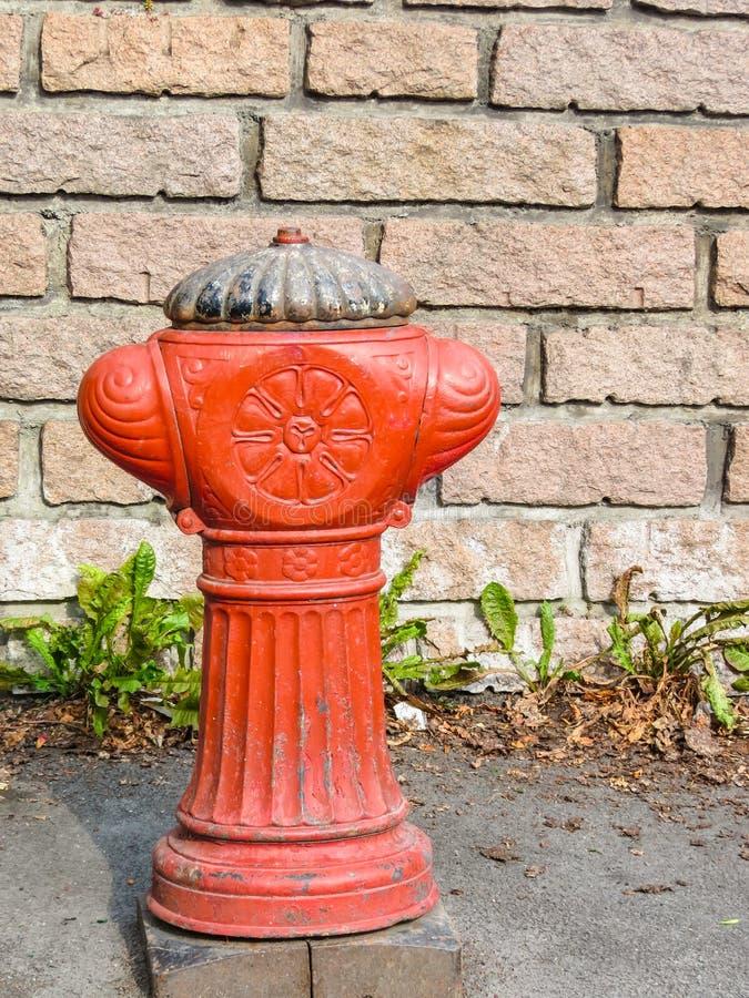 Alter roter Hydrant auf der Straße von Oslo lizenzfreie stockbilder
