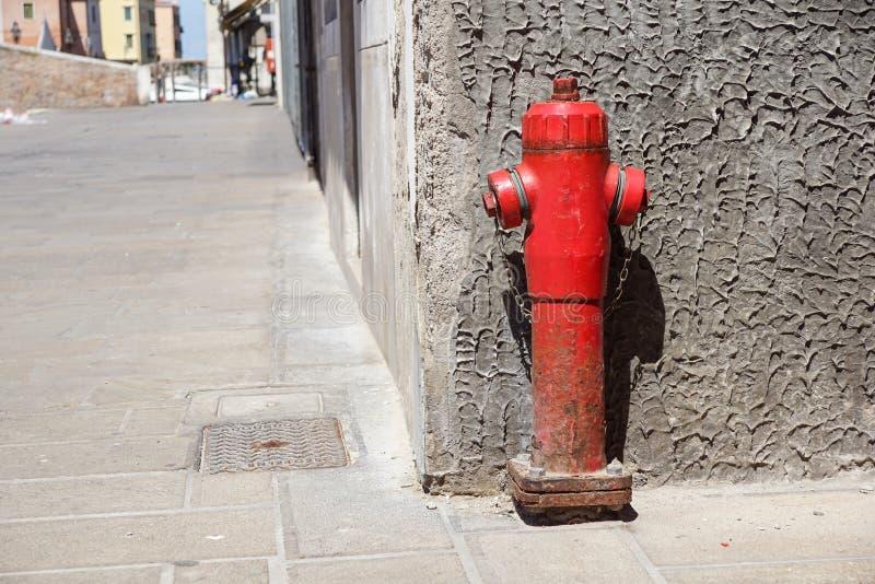 Alter roter Hydrant in der Straße Feuer hidrant für Notfeuerzugang stockfoto