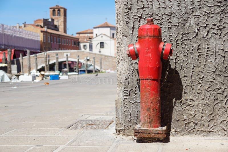Alter roter Hydrant in der Straße Feuer hidrant für Notfeuerzugang lizenzfreie stockfotografie