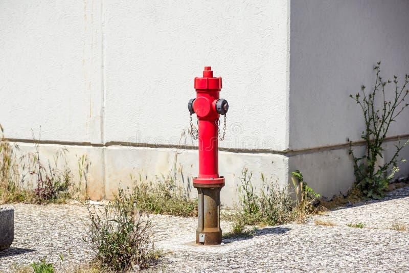 Alter roter Hydrant in der Straße Feuer hidrant für Notfeuerzugang stockfotos