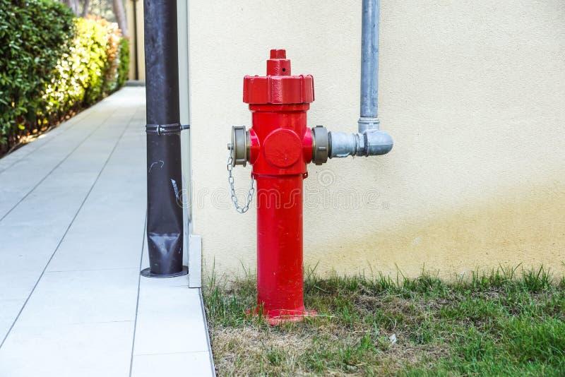 Alter roter Hydrant in der Straße Feuer hidrant für Notfeuerzugang lizenzfreie stockbilder