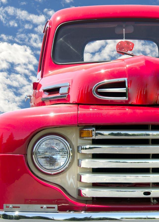 Alter roter klassischer LKW stockfotos