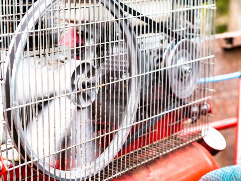 Alter roter Luftkompressor in der Bewegung lizenzfreie stockfotos