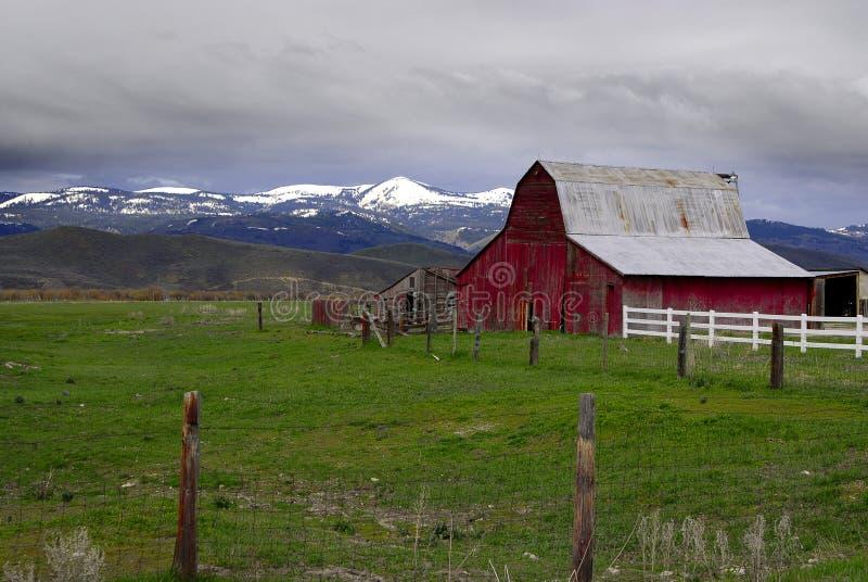 Alter roter Stall und Berge lizenzfreies stockfoto