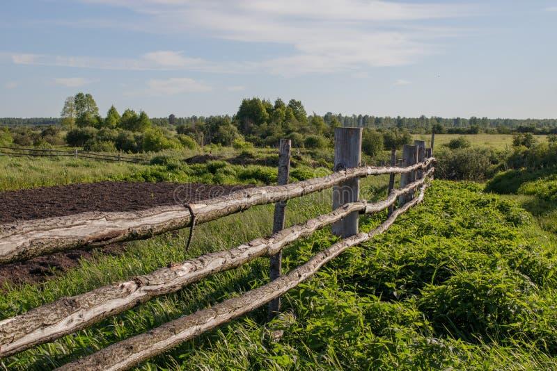 Alter rustikaler Bretterzaun im sibirischen Dorf, dehnend in den Abstand aus stockfoto