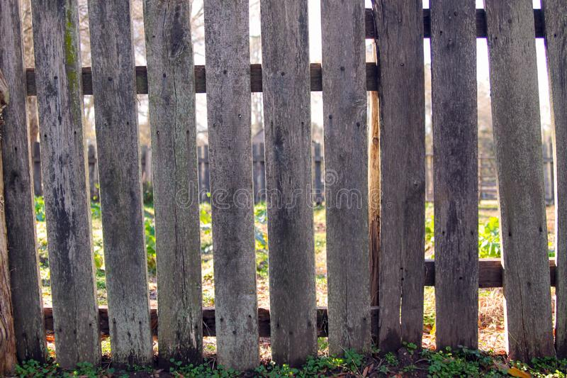Alter, rustikaler Palisadenzaun um Garten lizenzfreie stockfotos