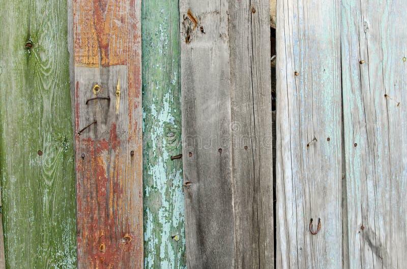 Alter rustikaler Zaun von Farbbrettern lizenzfreie stockbilder