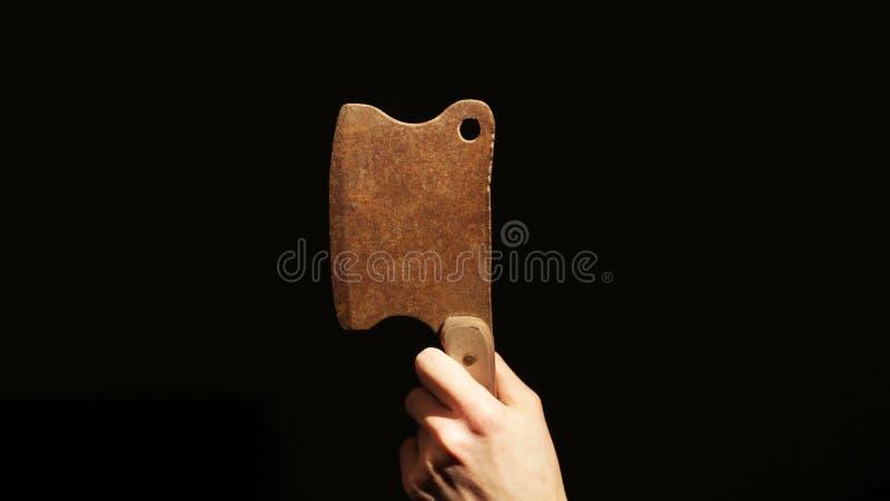 Alter Rusty Hatchet in der Dunkelheit stockfotos