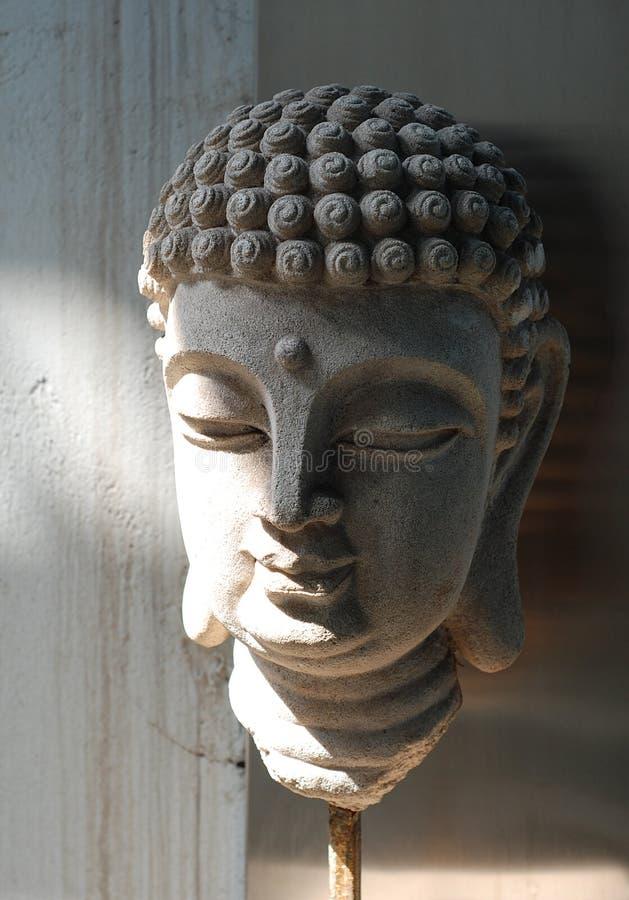 Alter Sandstein Buddha stellen gegenüber stockfotos
