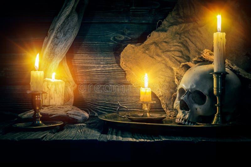 Alter Schädel und Kerzen stockfotos