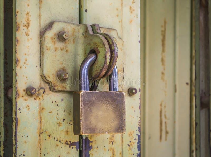 Alter Schlüssel zugeschlossen stockbilder