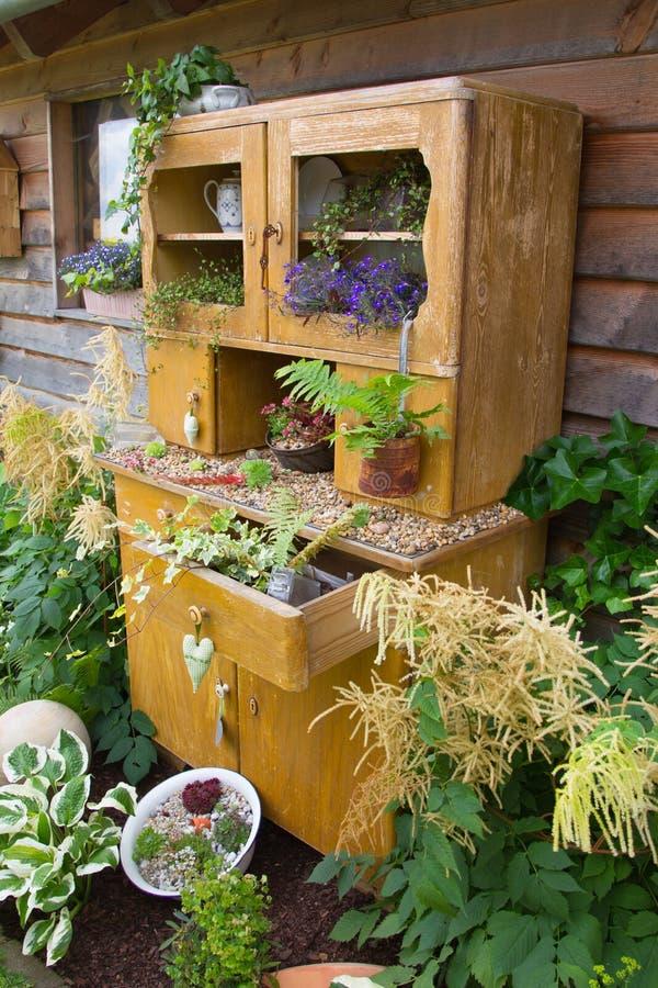 Alter Schrank mit dem Blumenwachsen innerhalb es stockfoto