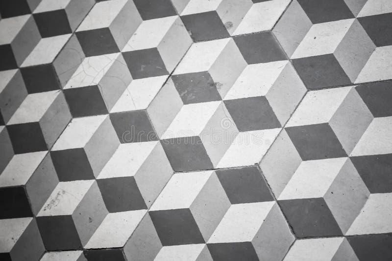 Alter Schwarzweiss-Tiling auf Boden, Kubikmuster lizenzfreie stockfotos