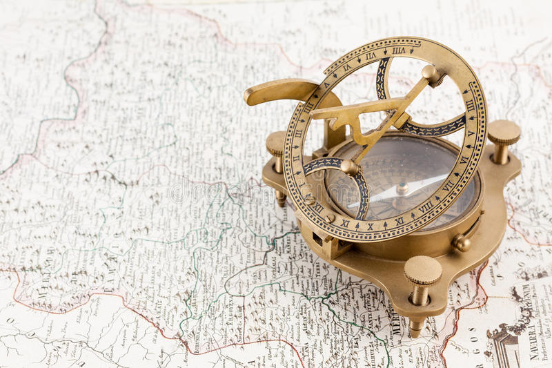 Alter Seesundialkompaß und -karte stockbilder
