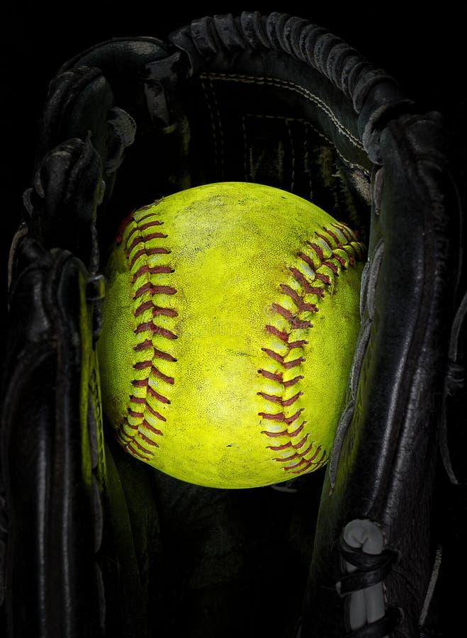 Alter Softball in einem Handschuh stockbilder