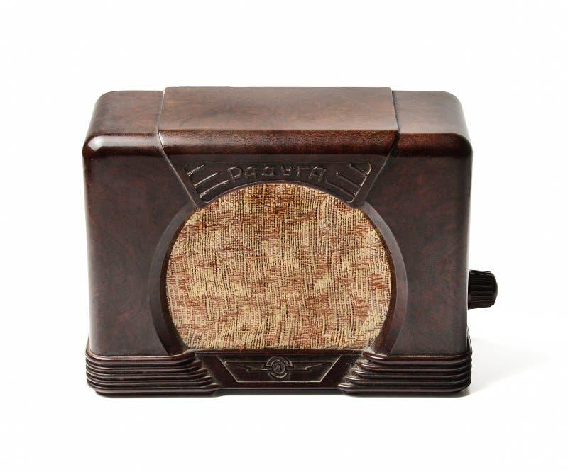 Alter sowjetischer Radio Massenproduktion in 40-50 Jahre des letzten Jahrhunderts Front View Weiß lokalisierter Hintergrund stockbild