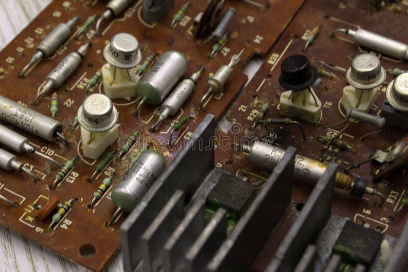 Alter sowjetischer Radioinnenraum Elektronische Bauelemente Schließen Sie oben vom Brett-Rothintergrund der elektronischen Schalt lizenzfreie stockfotos