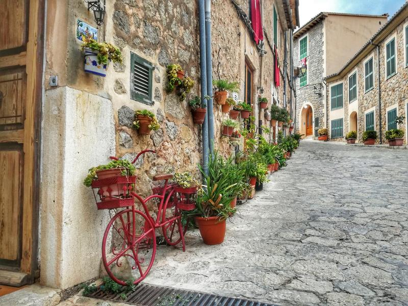 Alter Stadtgehweg Valldemosa Mallorca lizenzfreie stockfotografie