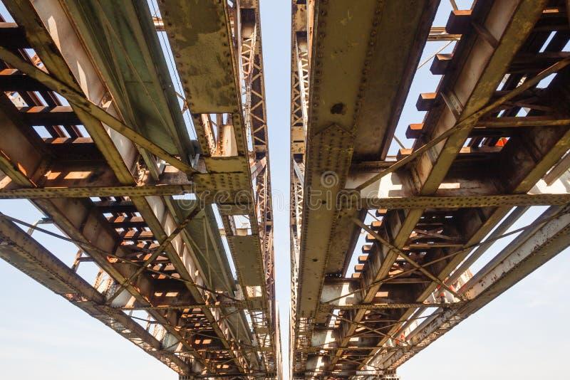 Alter Stahlbahnbrückenbau lizenzfreie stockfotos