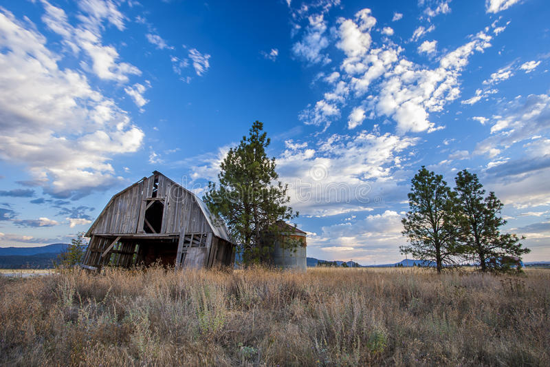 Alter Stall unter einem blauen Himmel stockfoto