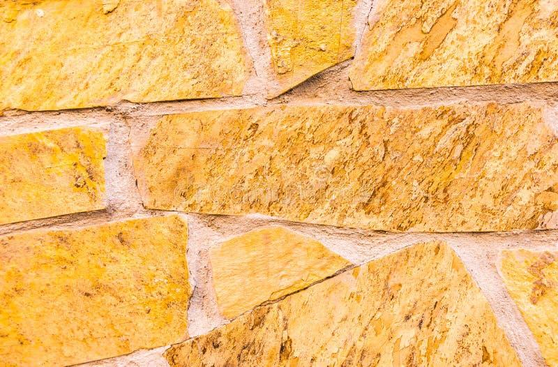 Alter Stein gelegt in das Wand, interessante und ursprüngliche backgroun stockbilder