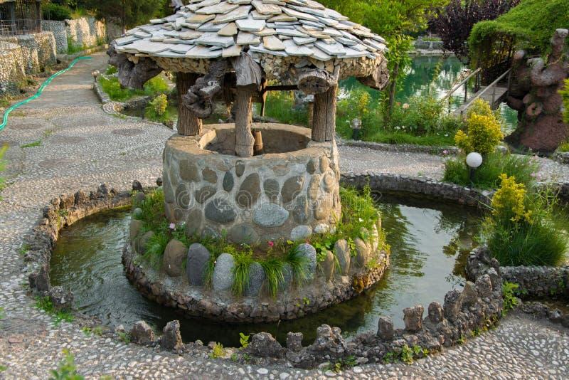 Alter Stein gut für Wasser stockbilder