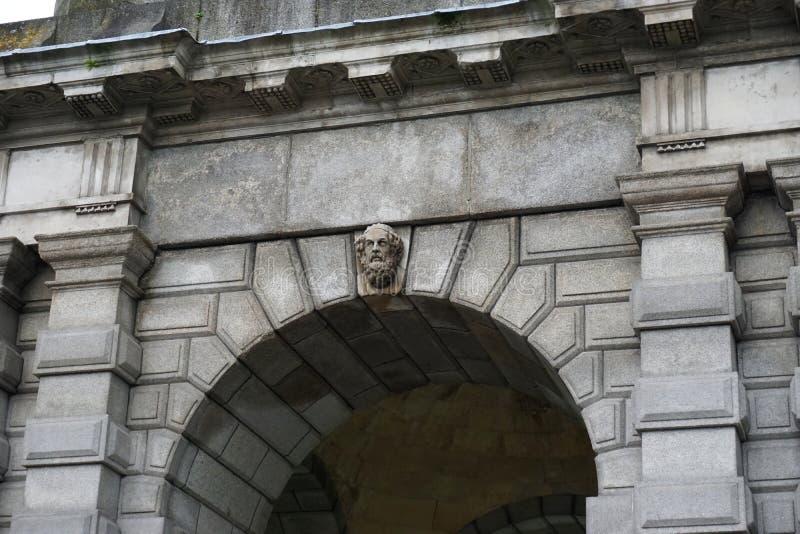 Alter Steinbogen mit geschnitztem Steinfehlschlag in Dublin Ireland lizenzfreies stockfoto
