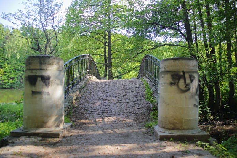 Alter Steinsteg mit amüsanten Graffitizeichnungen lizenzfreie stockfotos