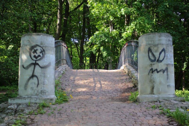 Alter Steinsteg mit amüsanten Graffitizeichnungen lizenzfreie stockbilder