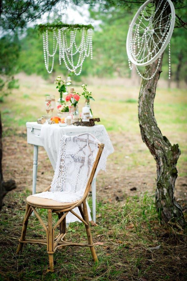 Alter Stuhl gegen Hochzeitsdekoration in der Art eines schäbigen ch lizenzfreie stockfotos