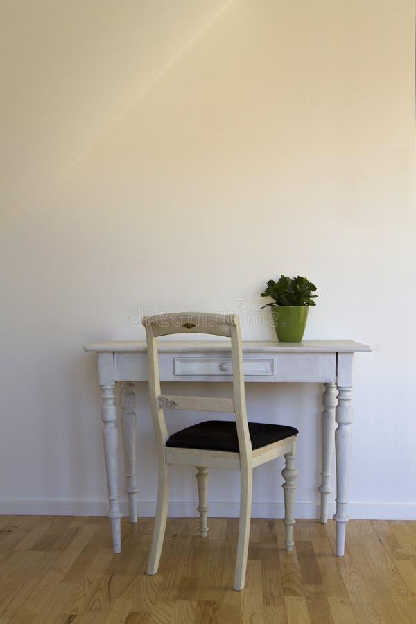 Alter Stuhl und Tabelle stockfoto