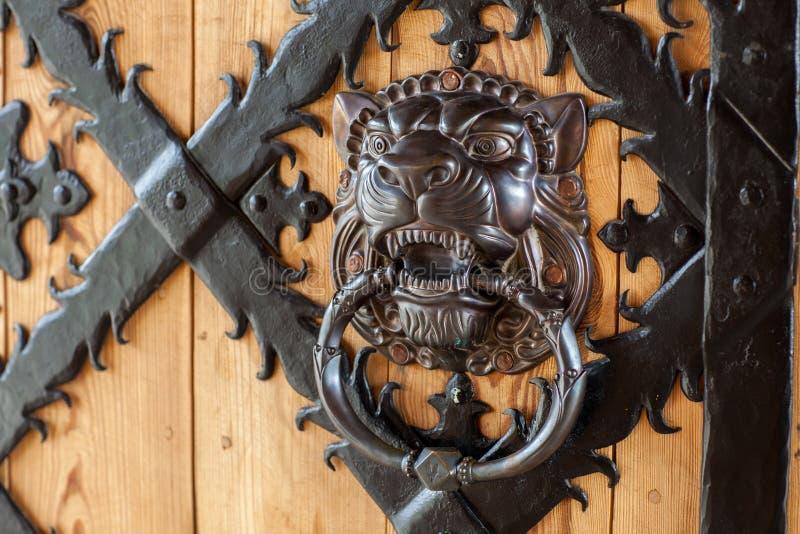 Alter Türgriff in Form von dem Kopf eines Löwes lizenzfreies stockbild