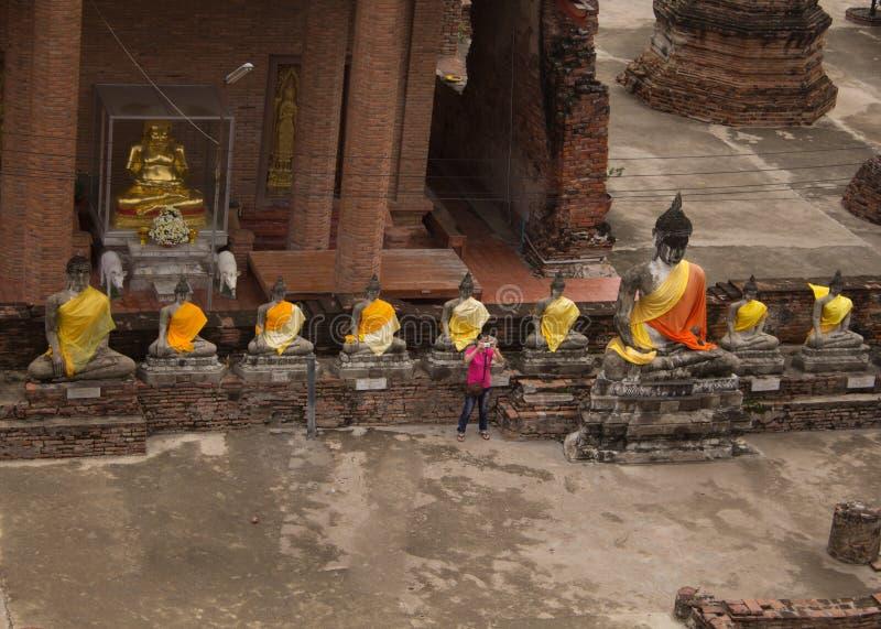 Alter alter Tempel Linie von Buddha-Statue in wat Yai-chaimongkol stockbild