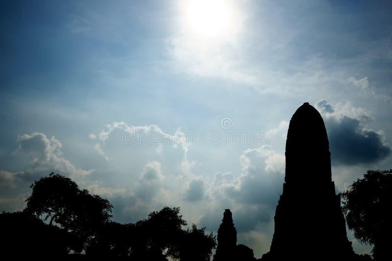 Alter Tempel Siluate auf Hintergrundhimmel lizenzfreie stockfotografie