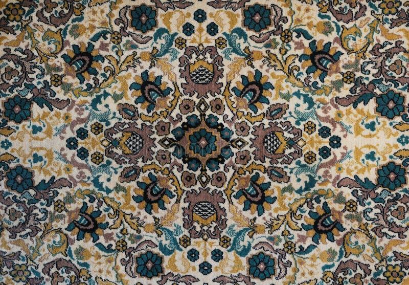 Alter Teppich mit Muster Beschneidungspfad eingeschlossen lizenzfreies stockbild