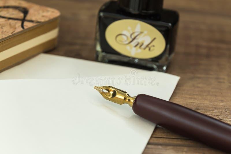 Alter Tintenstift bereit, Briefe zu schreiben lizenzfreie stockfotos