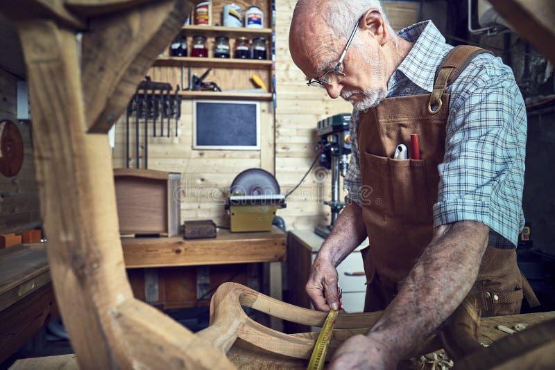Alter Tischler bei der Arbeit stockfoto