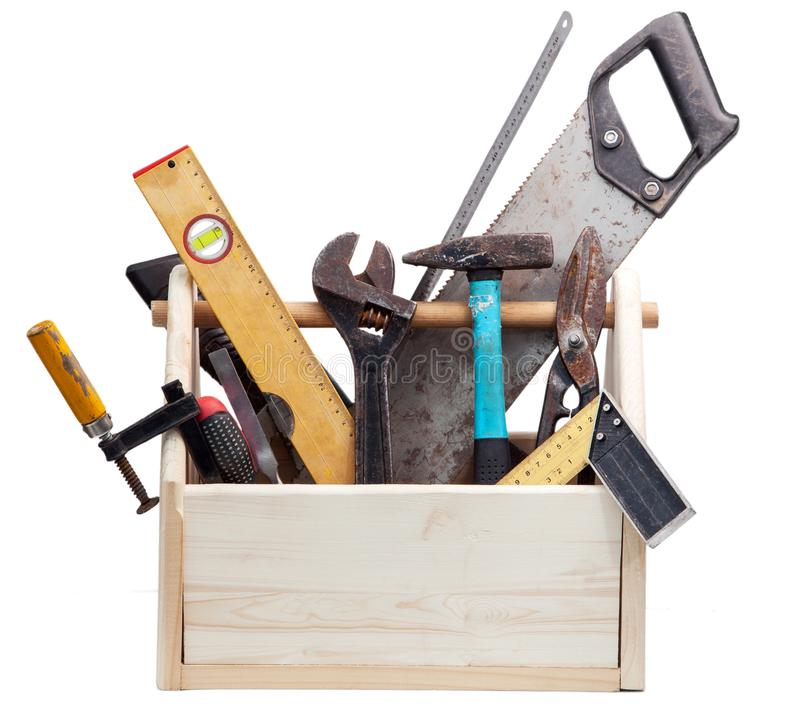 Alter Tischler-Wooden-Werkzeugkasten mit den Werkzeugen lokalisiert auf Weiß stockbilder