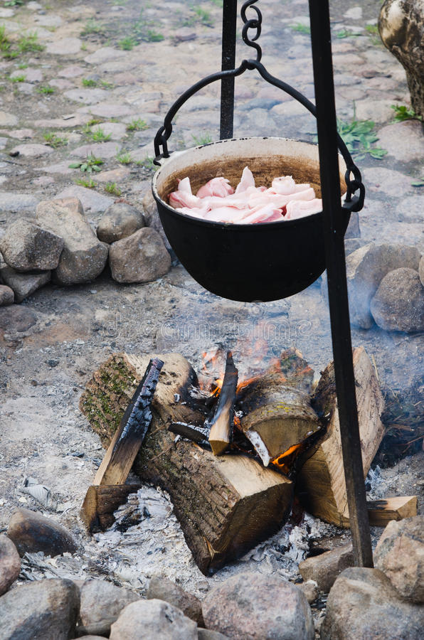 Alter Topf für das Kochen über einem Lagerfeuer stockfotos