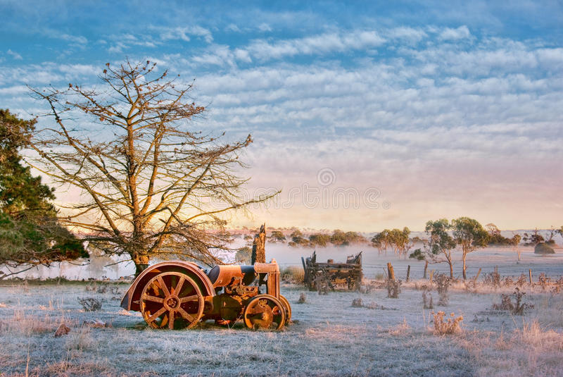 Alter Traktor auf dem Bauernhof stockbild