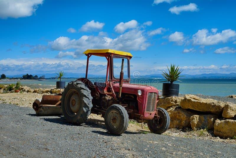 Alter Traktor durch den Damm morgens lizenzfreies stockfoto