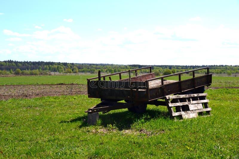 Alter Traktor für Traktor auf dem Feld stockfoto