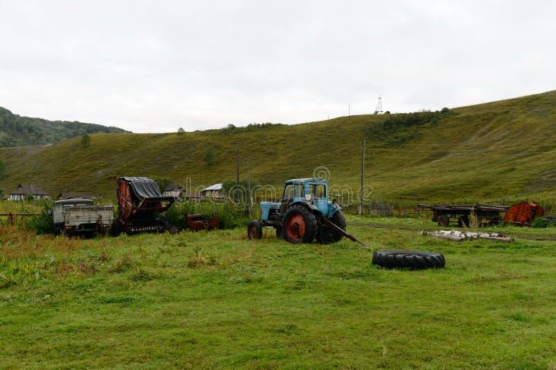 Alter Traktor MTZ-80 im Bauernhof des Dorfs Gebiets Generalka Altai lizenzfreies stockfoto