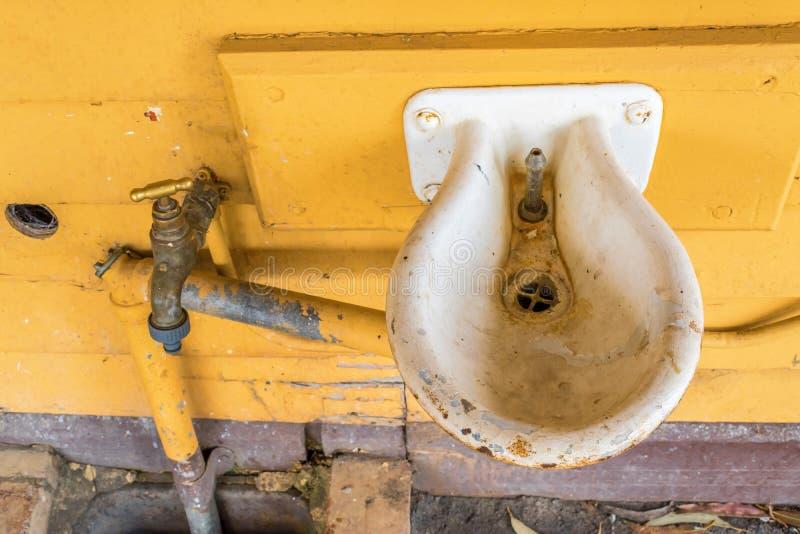 Alter trinkender Leitungswasserbrunnen stockbilder