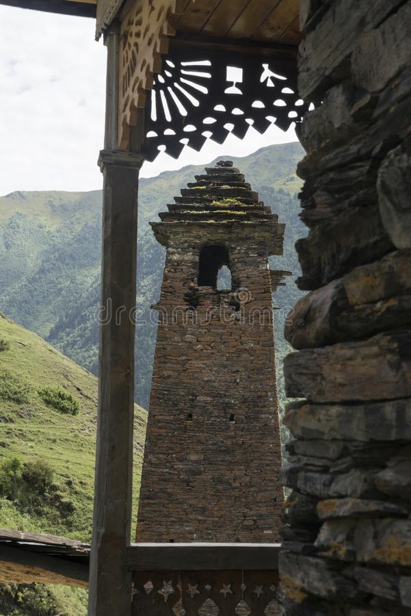Alter Turm durch hölzerne Terrasse lizenzfreie stockfotos