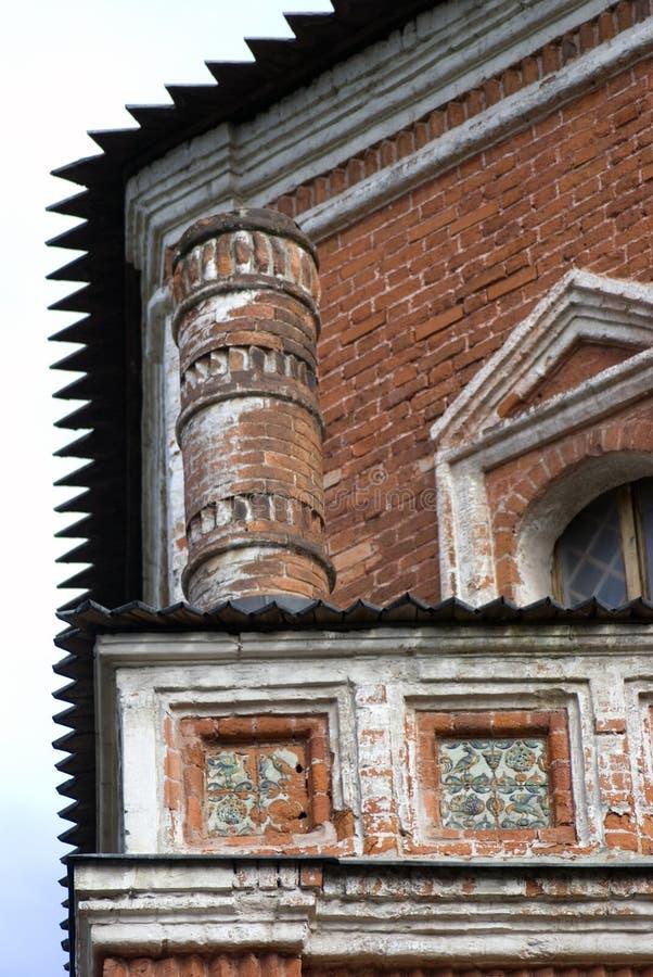 Alter Turm von den roten Backsteinen verziert durch Keramikfliesen lizenzfreies stockfoto