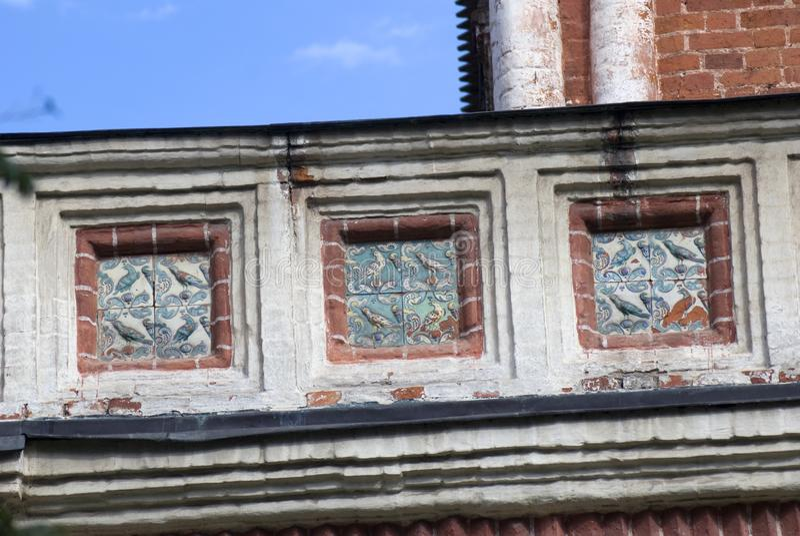 Alter Turm von den roten Backsteinen verziert durch Keramikfliesen lizenzfreie stockbilder