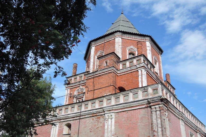 Alter Turm von den roten Backsteinen verziert durch Keramikfliesen lizenzfreie stockfotografie