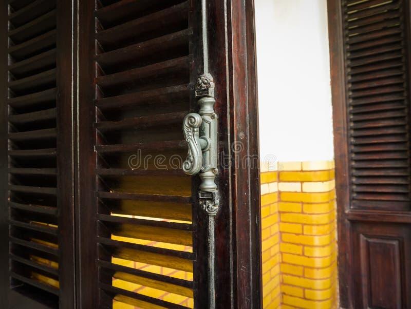 Alter und klassischer Türgriff an Gebäude Foto eingelassenes Semarang Indonesien Lawang Sewu stockfoto