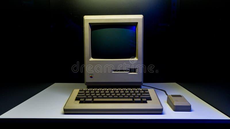 Alter ursprünglicher Apple Mac-Computer mit Tastatur auf Anzeige in Istanbul, die Türkei, in der Digital-Revolutionsausstellung stockbilder
